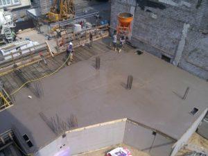 Blick von oben auf die Baustelle. Die Decke vom EG wird gegossen.